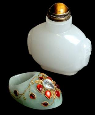 JADE SNUFF BOTTLE AND ARCHERY RING