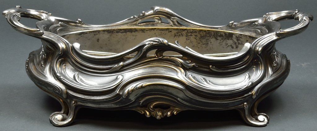 AN ART NOUVEAU STYLE SILVER PLATED SERVING DISH