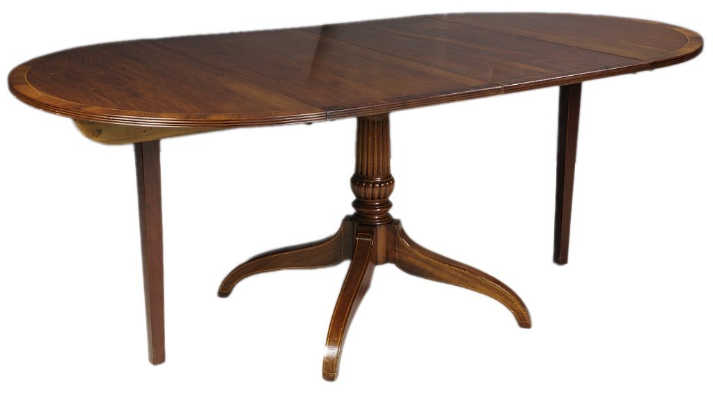 A MAHOGANY DINING TABLE WITH TWO LEAVES AND SUPPORTS Ve