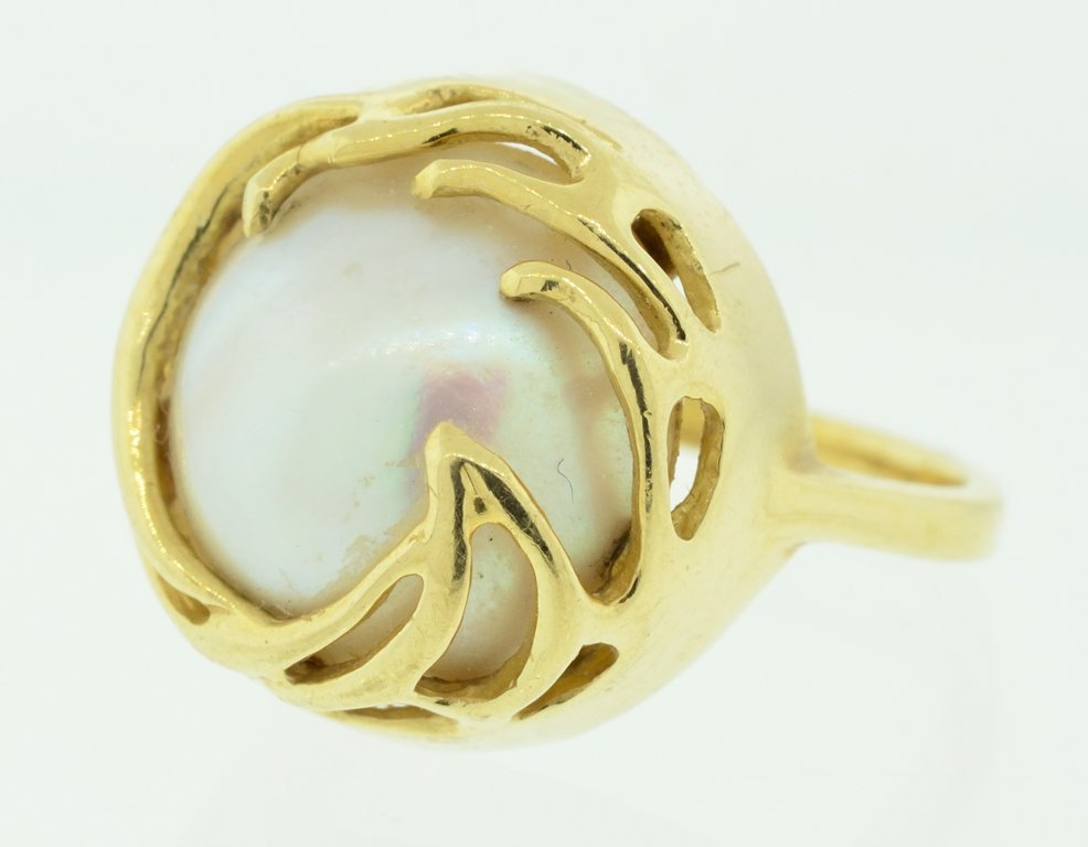 A WOMAN'S YELLOW GOLD MABE PEARL AND GOLD RING Very goo
