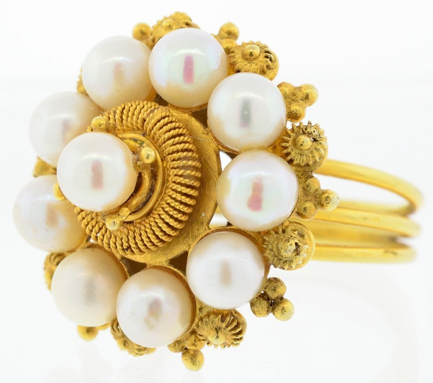 AN ANTIQUE YELLOW GOLD AND PEARL RING Very good conditi