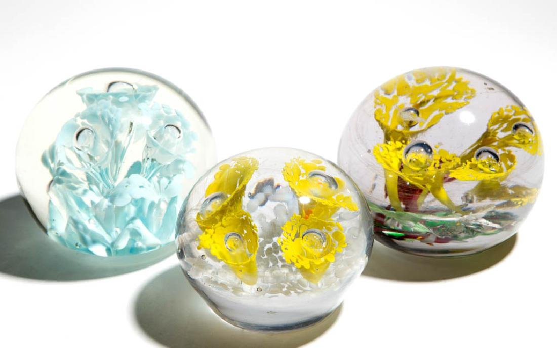 ASSORTED MOTTLED LILIES MAGNUM PAPERWEIGHTS, LOT OF