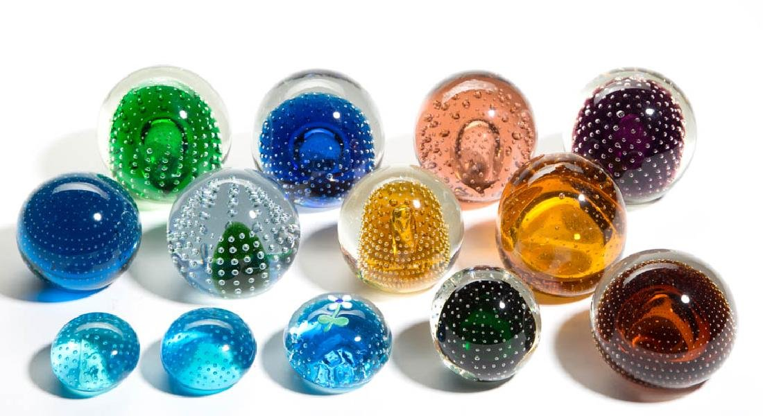 ASSORTED CONTROLLED BUBBLE PAPERWEIGHTS, LOT OF 13