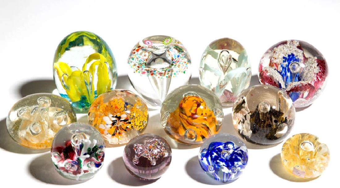 ASSORTED MOTTLED AND AIR-TRAP PAPERWEIGHTS, LOT OF 12