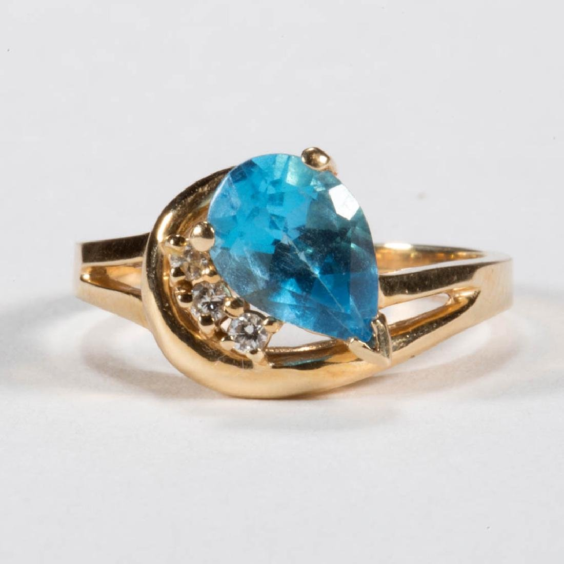 VINTAGE 14K GOLD AND BLUE TOPAZ LADY'S RING