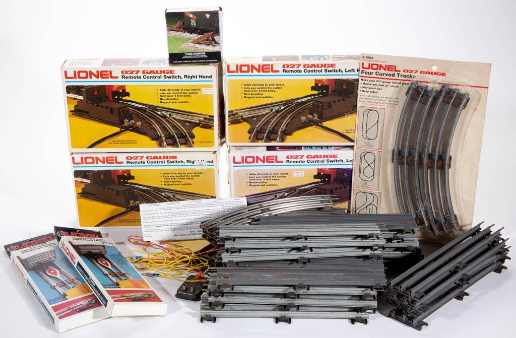 LIONEL O-GAUGE TRAIN TRACK AND ARTICLES, UNCOUNTED LOT