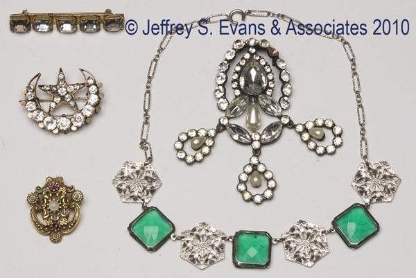 FIVE ASSORTED PIECES OF VINTAGE COSTUME JEWELRY