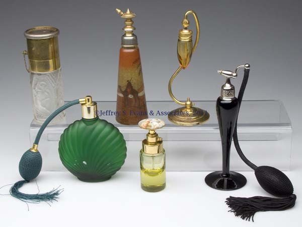 16: VARIOUS VINTAGE COMMERCIAL FRAGRANCE BOTTLES WITH A