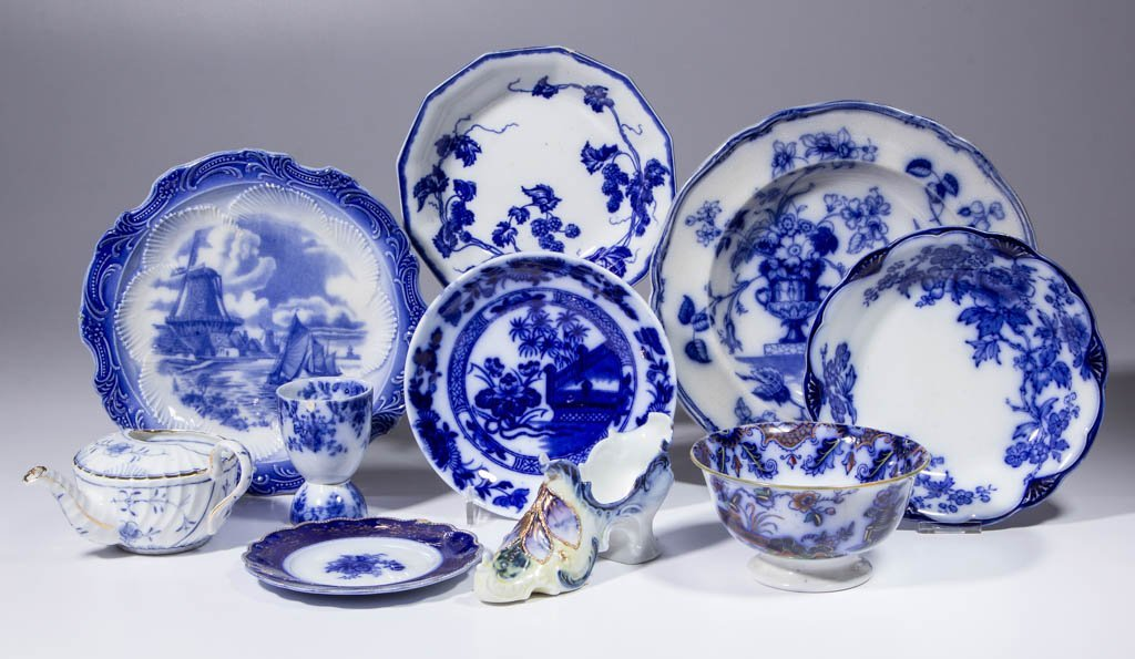 ASSORTED BLUE-DECORATED CERAMIC ARTICLES, LOT OF TEN