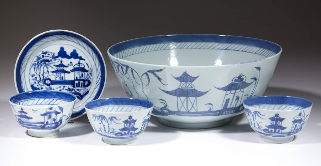 CHINESE EXPORT BLUE AND WHITE PORCELAIN TABLE ARTICLES,