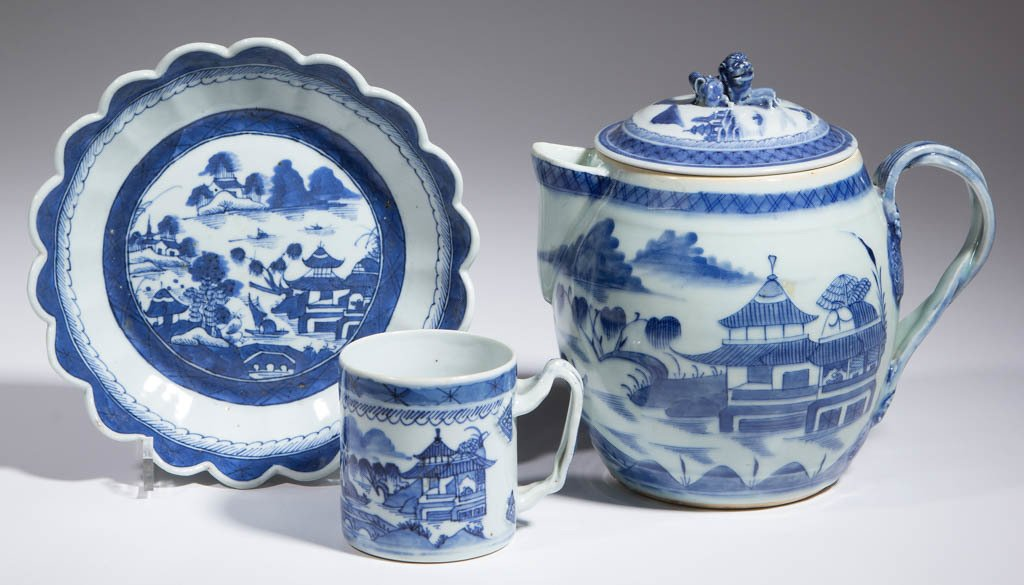 CHINESE EXPORT PORCELAIN ARTICLES, LOT OF THREE