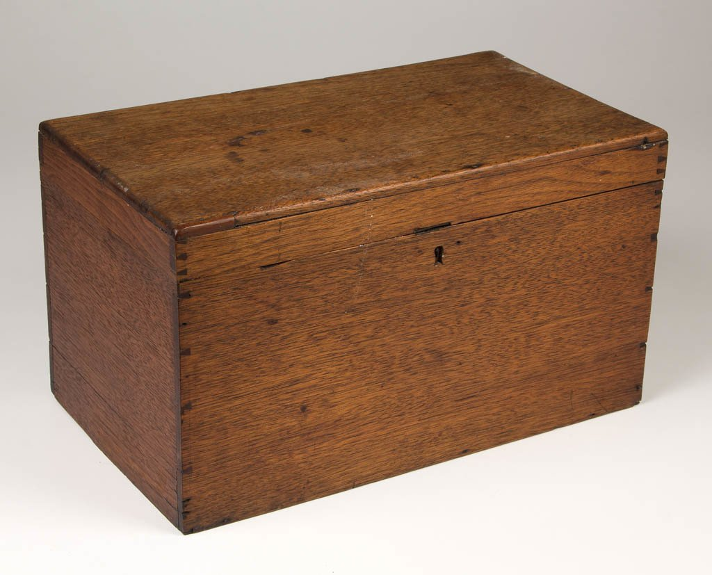 AMERICAN OR EUROPEAN WALNUT TRAVELING APOTHECARY BOX
