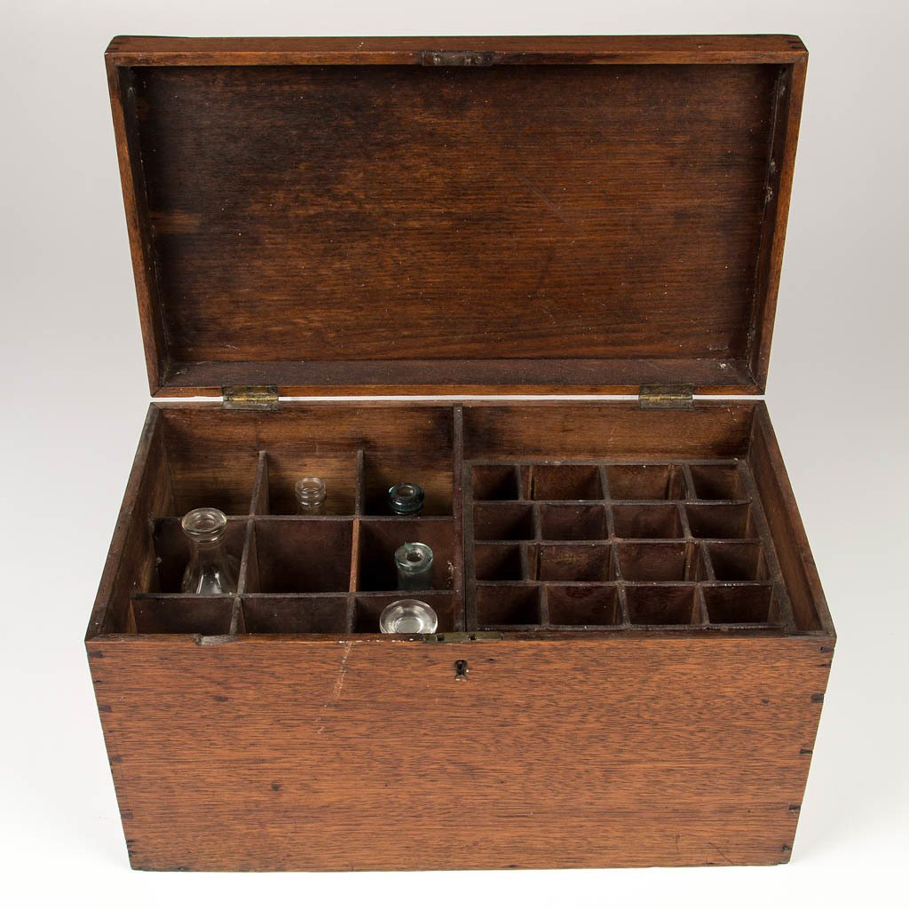 AMERICAN OR EUROPEAN WALNUT TRAVELING APOTHECARY BOX - 2