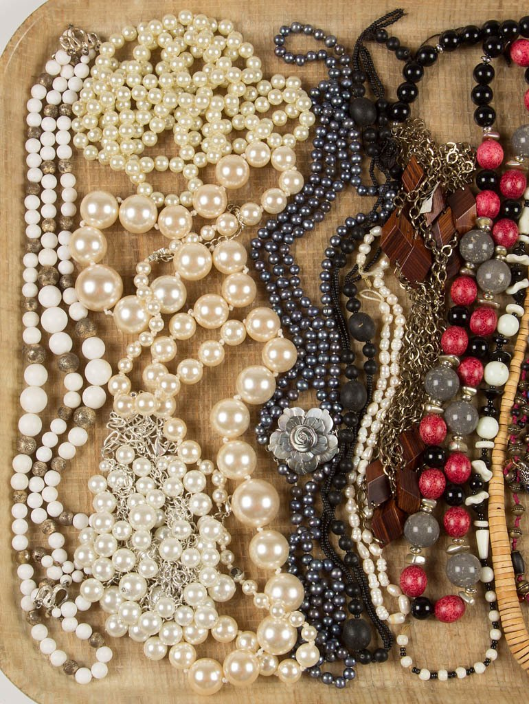 ASSORTED VINTAGE COSTUME JEWELRY NECKLACES - 2