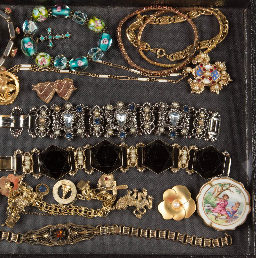 ASSORTED VINTAGE COSTUME JEWELRY - 3
