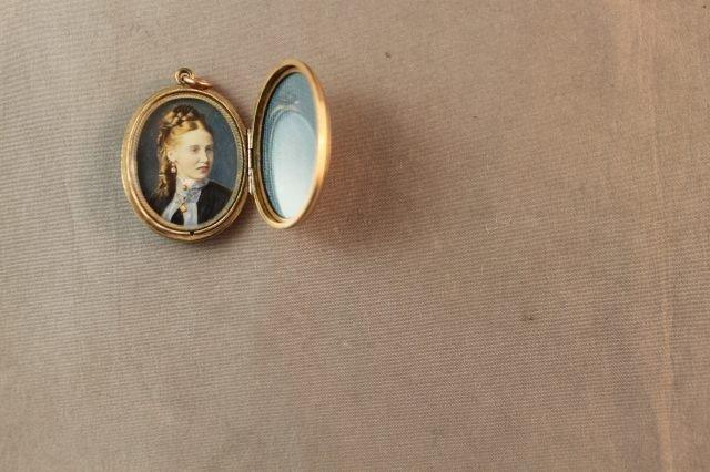 100: Lovely Edwardian 9ct Gold and Enamel Locket, - 3