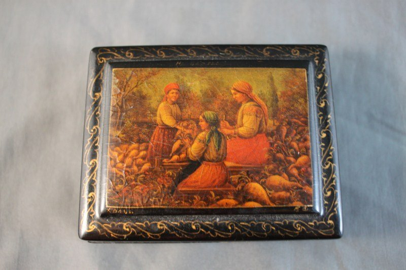 11: Good Russian Folk Art Box and Cover,