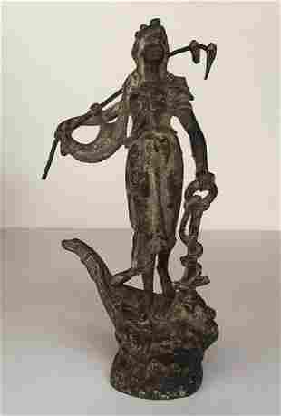 Antiquite mediterraneenne. Femme en drape tenant un