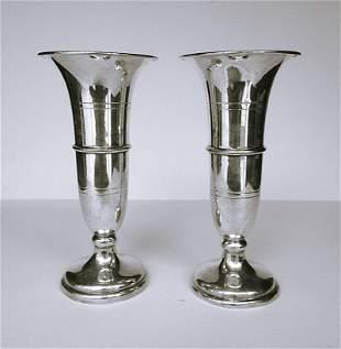 Orfevrerie anglaise, XXe. Paire de vases