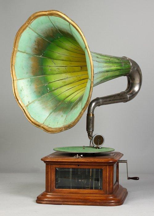12: Maestrophone Talking Machine with Loud Speaking Hor