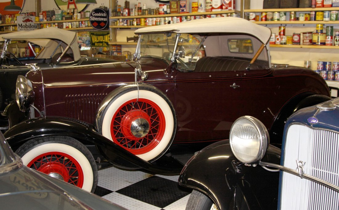 Ford 32' Model B Burgundy Coupe Cabriolet