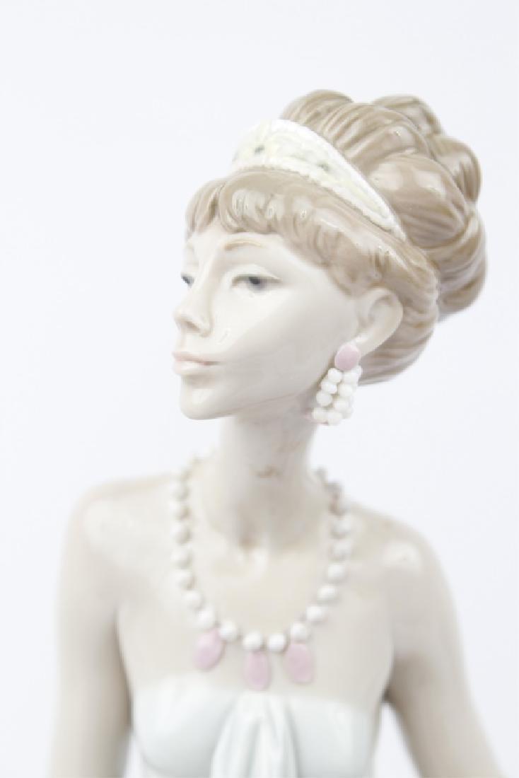 LLADRO PORCELAIN FIGURINE LADY OF TASTE #1495 - 2