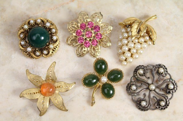 SMALL LOT OF FLORAL DESIGN COSTUME JEWELRY