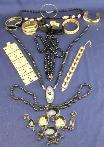 NECKLACE AND BRACELET COSTUME JEWELRY LOT