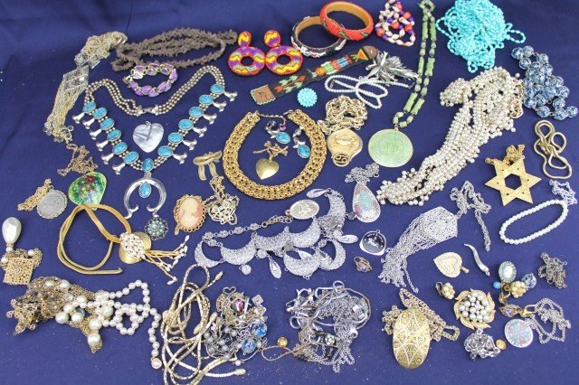 LARGE COSTUME JEWELRY LOT OF VARIOUS NECKLACES