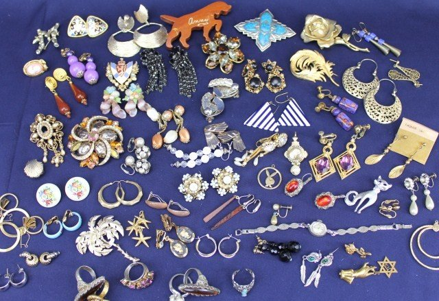 LARGE LOT COSTUME JEWELRY EARRINGS & BROOCHES