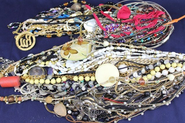 ASSORTED LOT COSTUME JEWELRY NECKLACES