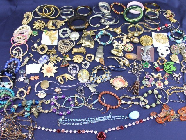 ASSORTED COSTUME JEWELRY LOT BROOCHES & BRACELETS