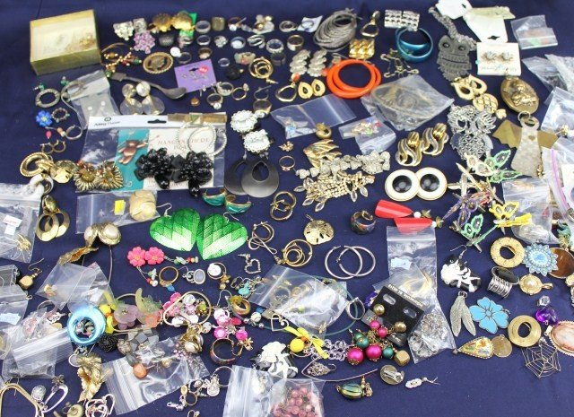 LARGE LOT COSTUME JEWELRY EARRINGS PINS & BROOCHES
