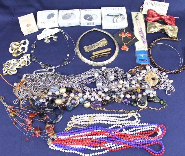 LARGE LOT OF COSTUME JEWELRY NECKLACES