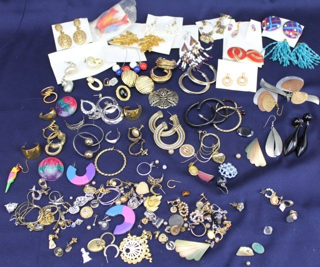 LARGE LOT OF LADIES COSTUME JEWELRY EARRINGS