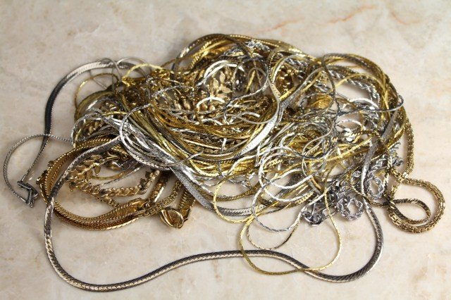 COSTUME JEWELRY NECKLACES - LOT 18