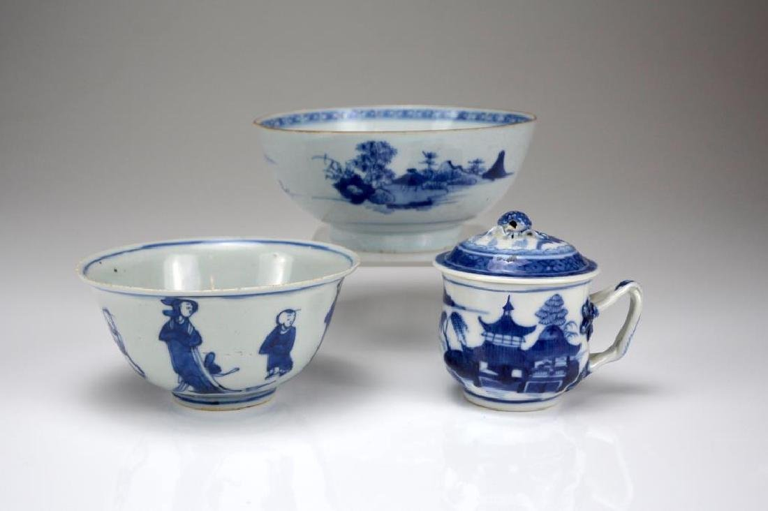 THREE CHINESE EXPORT BLUE AND WHITE CUP AND BOWLS