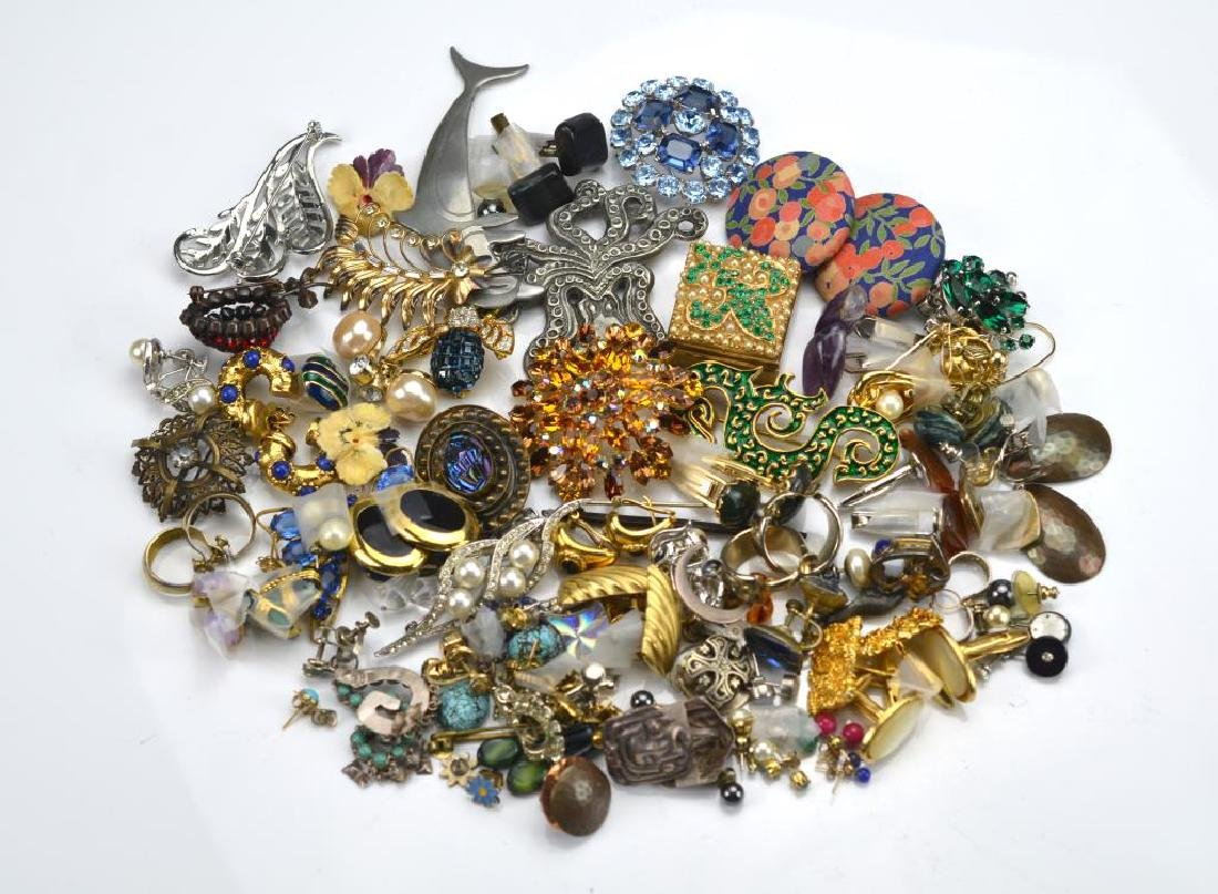 Lot of costume earrings and brooches