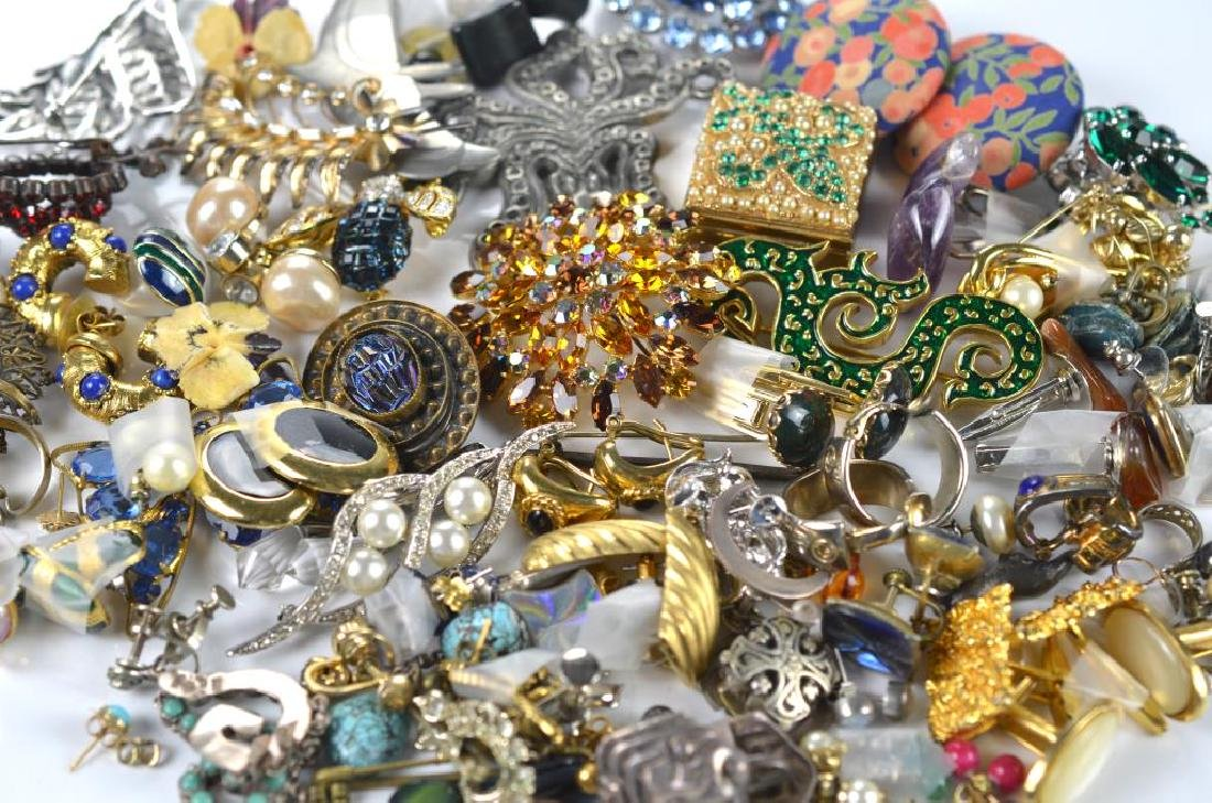 Lot of costume earrings and brooches - 2