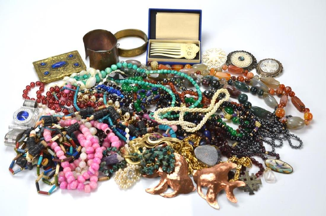 Lot of assorted vintage jewellery incl. silver