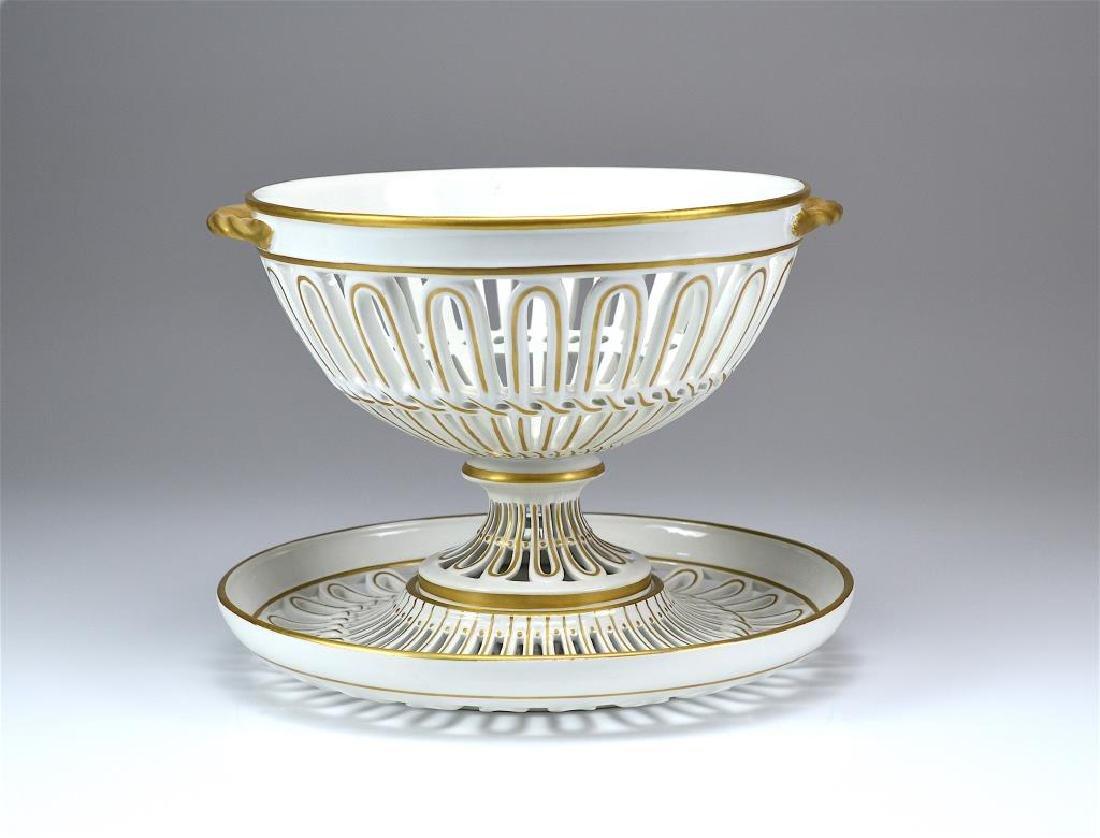 Mottahedeh Italian porcelain center bowl on stand