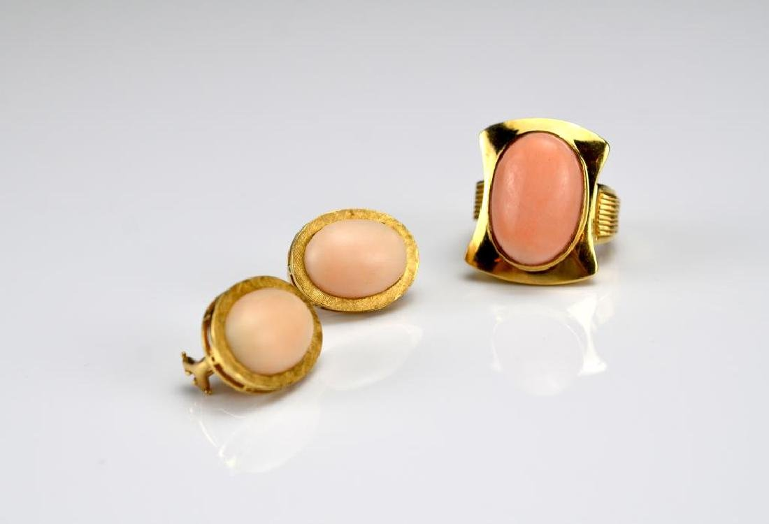 Yellow gold and coral ring and earrings
