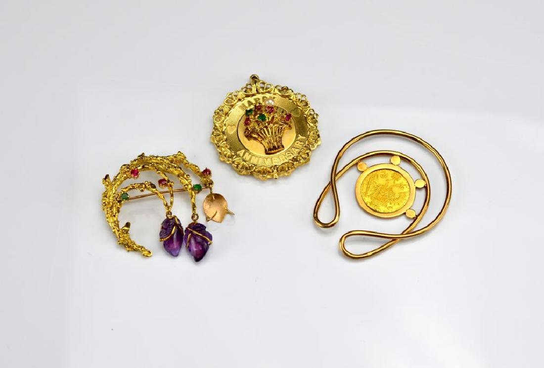 Lot of gold jewellery incl. pendants & brooch