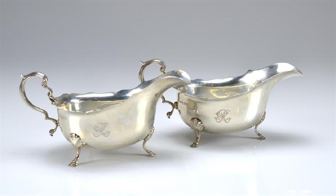 Pair of English silver sauce boats - 2