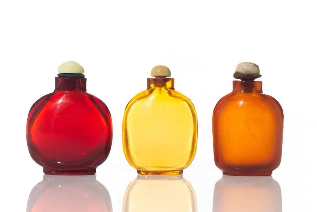 THREE CHINESE COLORED GLASS SNUFF BOTTLES