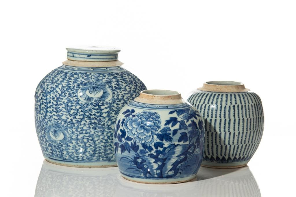 THREE CHINESE EXPORT BLUE & WHITE PORCELAIN JARS