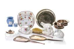 GROUP OF ASSORTED DECORATIVE ACCESSORIES