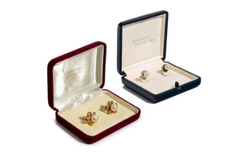 TWO PAIRS OF GOLD & PEARL STUD EARRINGS, 11g