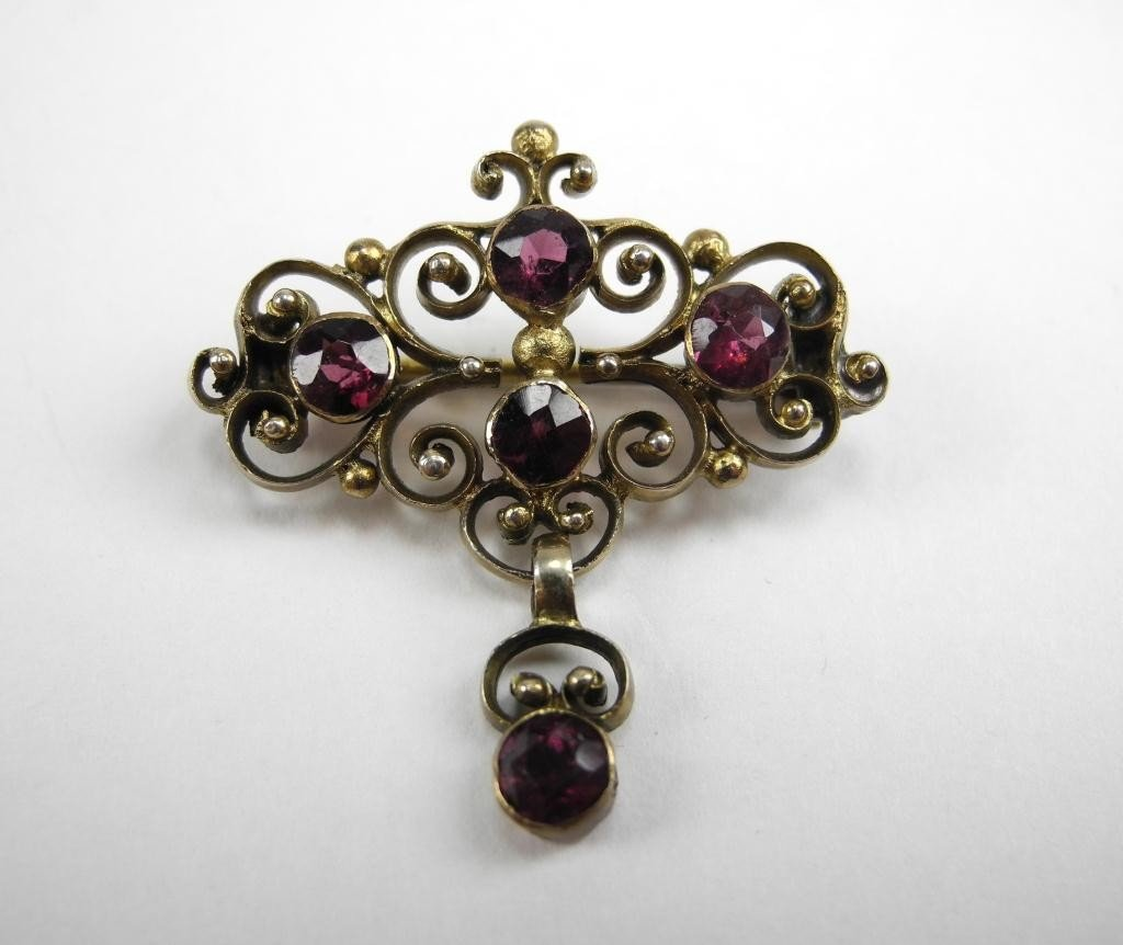 1015: LATE VICTORIAN GOLD & GARNET BROOCH