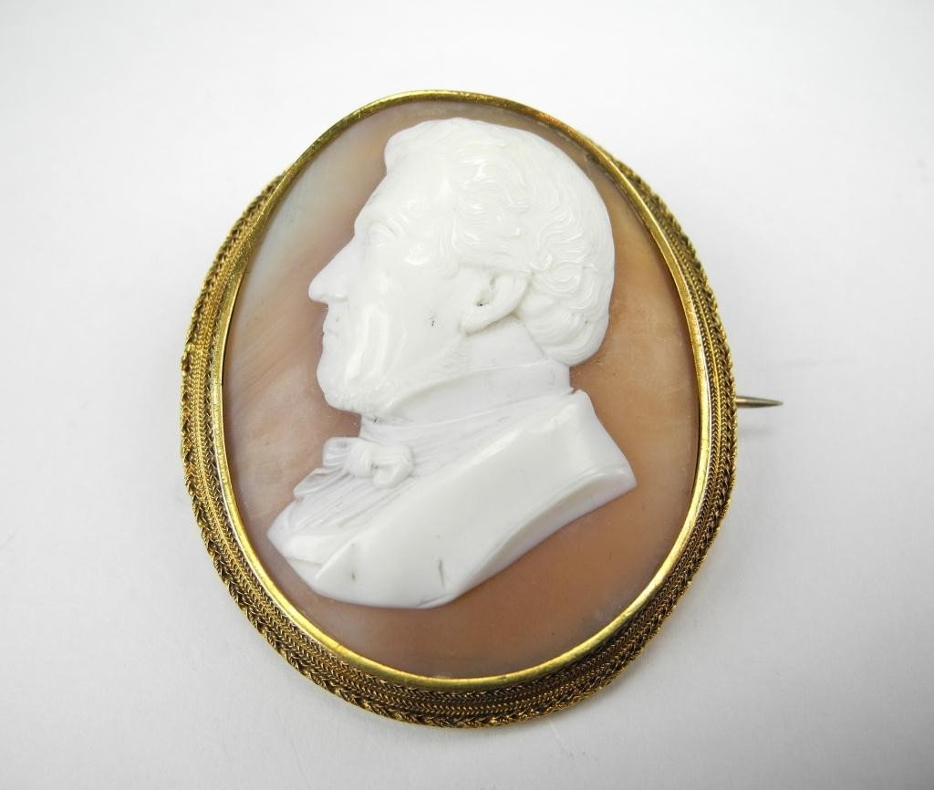 1018: VICTORIAN GOLD FRAMED SHELL CAMEO
